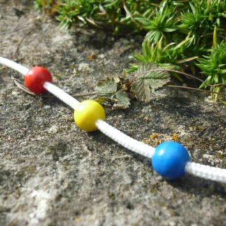 weiße Schnur mit 3 Perlen, rot, gelb, blau