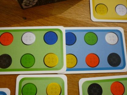 Spielkarten mit verschiedenfarbigen Punkten.